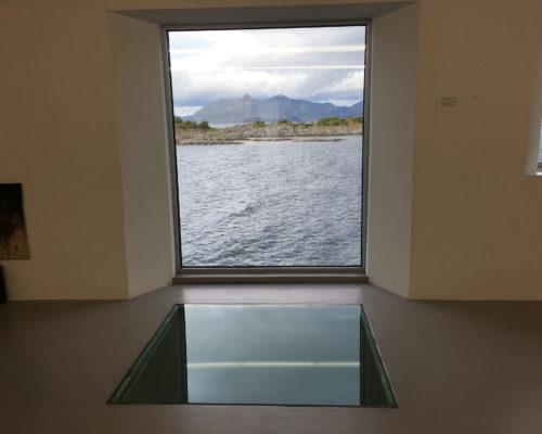 Kaviarfabrikken har nå blitt et sted hvor natur møter internasjonal samtidskunst.   Foto: Linda Herud