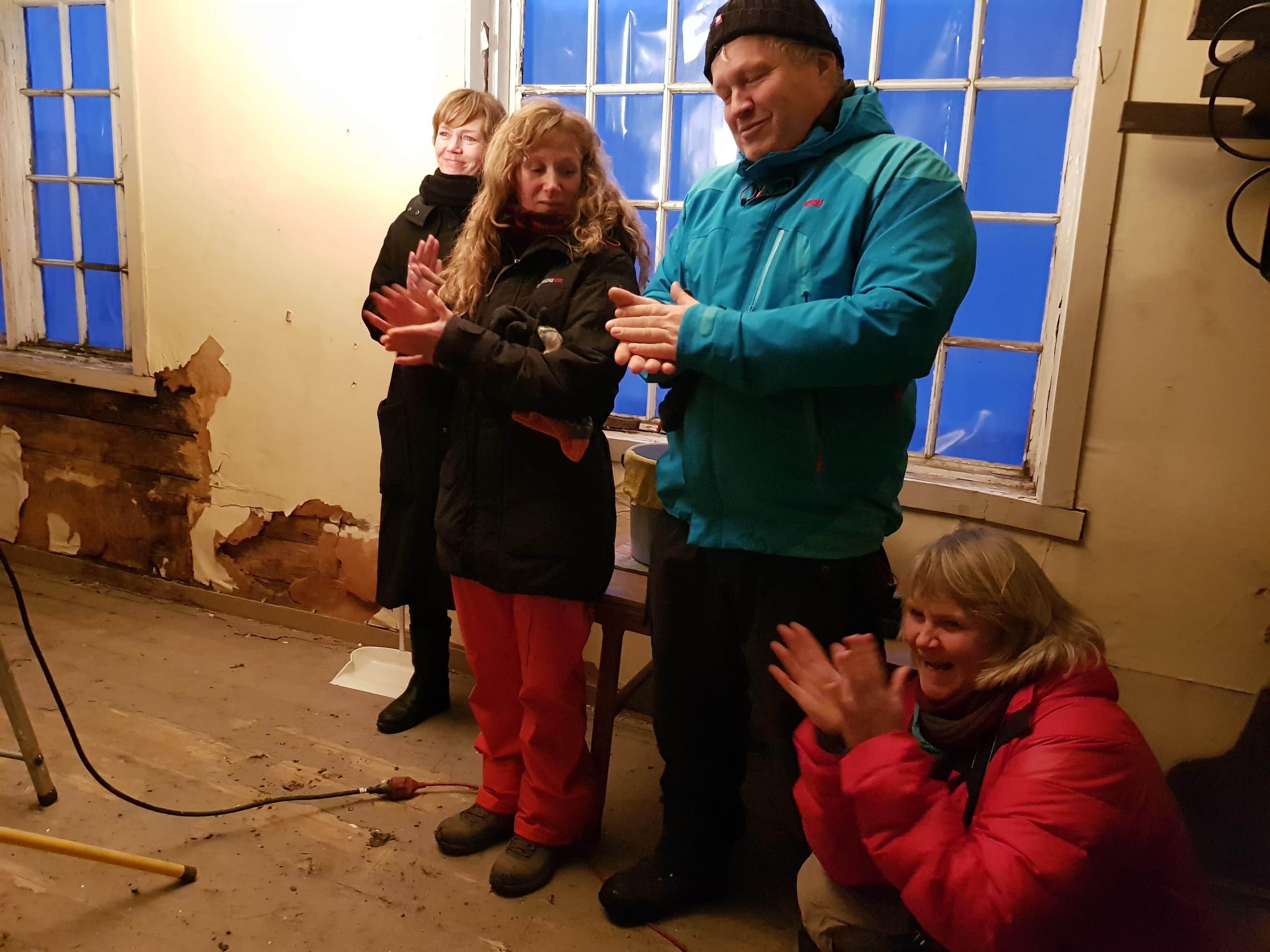 Det ble spontan glede i blant de oppmøtte fra dugnadsgjengen da tilsagnsbrevet ble lest opp. Foto: Line Lyngstad/Kulturminnefondet.