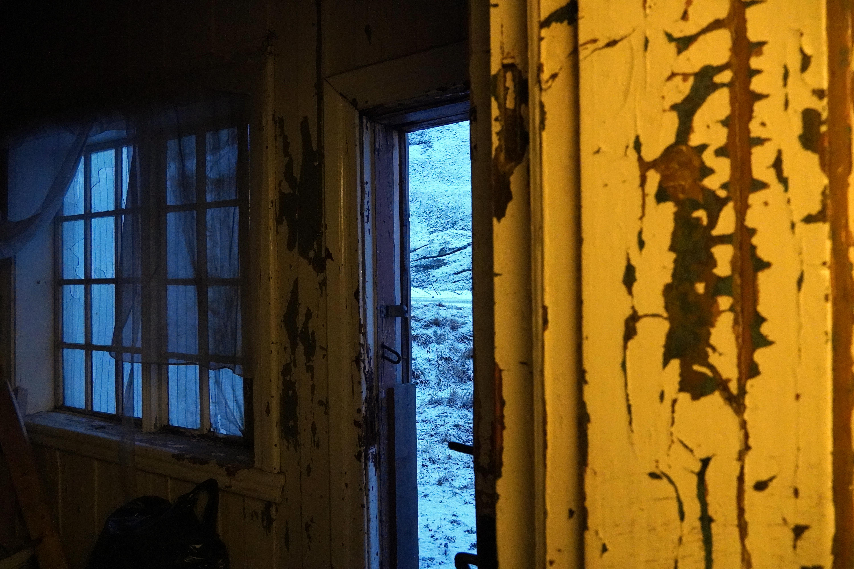 Det gjenstår mange dugnadstimer før væreierboligen igjen kan skinne. Kulturminnefondets tilskudd vil hjelpe langt på veien i arbeidet. Foto: Line Lyngstad/Kulturminnefondet.