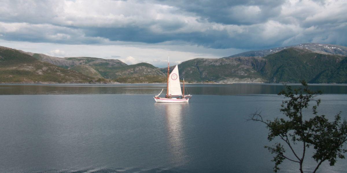 RS Kragerø på tur inn Ursfjorden 86 år etter at den sist forlot Hombornes.