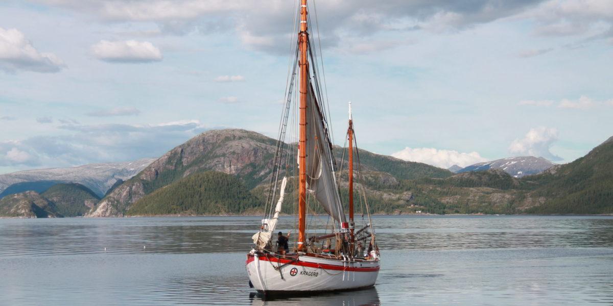 Ukjent farvann for dagens mannskap, men godt kjent for både skuta og tidligere kaptein. RS 32 Kragerø på vei inn i Hombornes havn. Foto: Norma Moen.