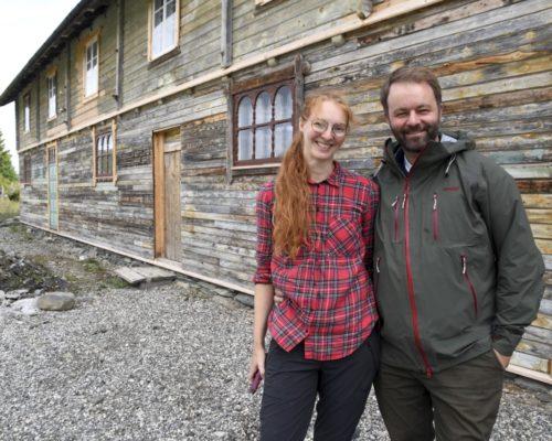 Musikkprodusent Amund Bjørklund (44) og kona, tidligere supermodell Sunniva Stordal (40), gleder seg stort til de kan gjenåpne det gamle pensjonatet på Valseter. Foto: Kristin Veskje