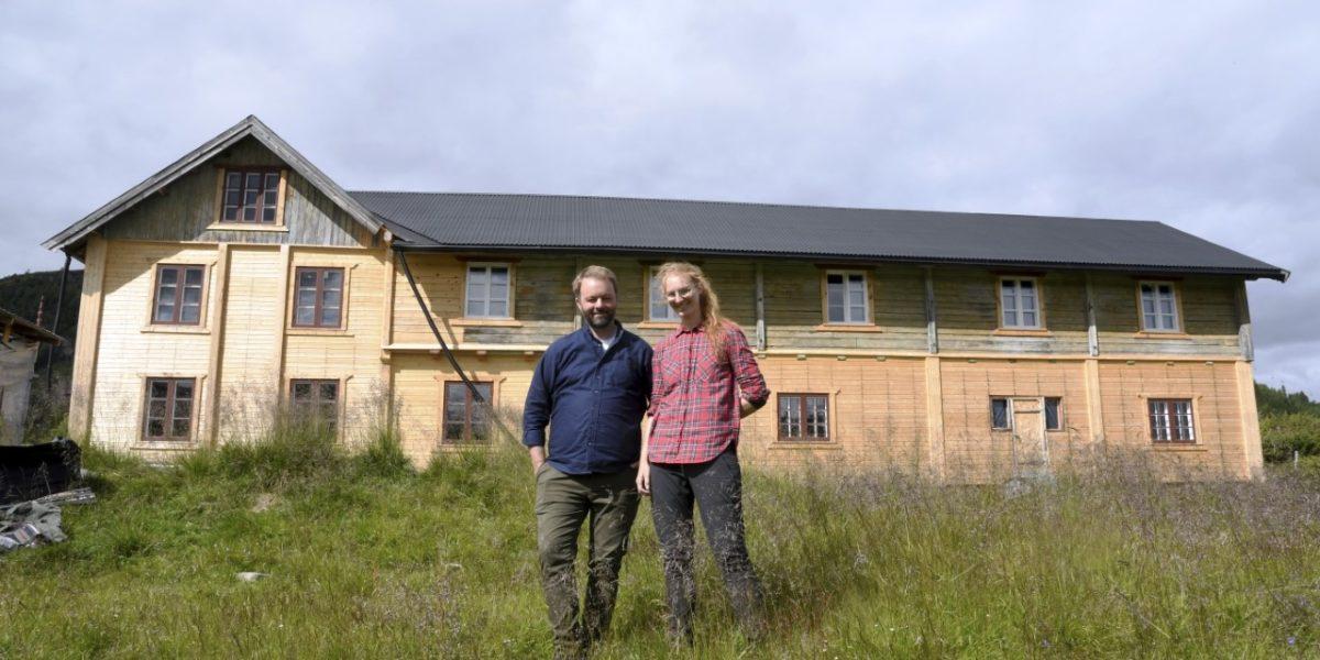 Amund Bjørklund og Sunniva Stordal setter i stand det gamle pensjonatet på Valseter. Foto: Kristin Veskje