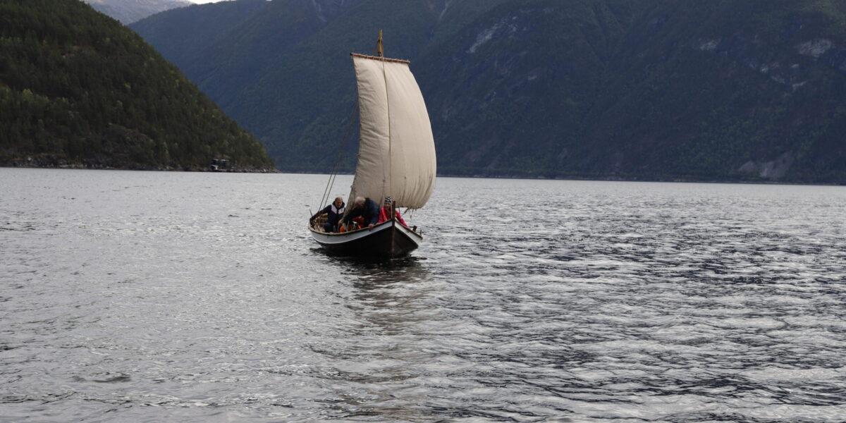 PÅ FJORDEN: – Å sigla får ein ekstra dimensjon i ein tradisjonsbåt – det må opplevast! seier Per Haugen i Indre Sogn Kystlag. Foto: Bjørn Sølsnæs