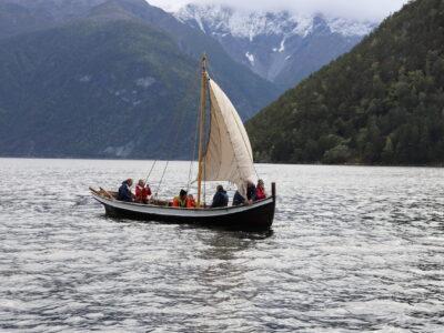 FOR FULLE SEGL: Etter dåpsseremonien i vindstille og sol, la ein del av fylgjet ut på fjorden då det vart god seglvind. Foto: Bjørn Sølsnæs