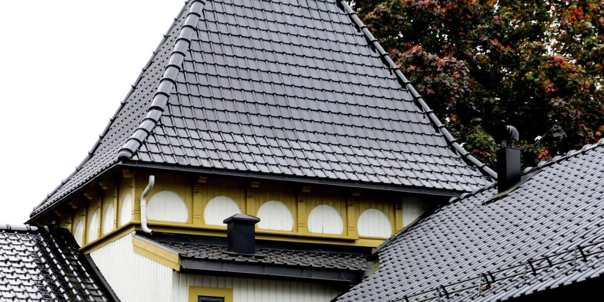 ENDRET UNDERVEIS:  I 1905 ble villaen bygget om i en nyklassisistisk stil med detaljer og tårn slik vi kjenner det i dag.