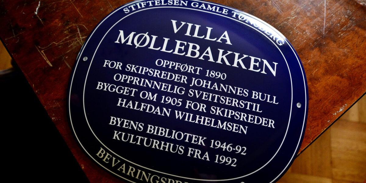 VIL INSPIRERE OG FORTELLE: Stiftelsen Gamle Tønsberg er klar for å montere det blå bevaringspris-skiltet på. De håper at skiltet informerer og inspirerer andre til å ta vare på viktig historie.