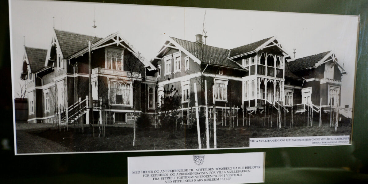 RØD SVEITSER: Villa Møllebakken ble oppført i 1890 som bolig for skipsreder Johannes Bull i sveitserstil og ble malt engelsk rød. Neste eier, var også en reder, Halvdan Wilhelmsens. I 1905 bygget han om villaen i en nyklassisistisk stil med detaljer og tårn slik vi kjenner bygningen i dag.
