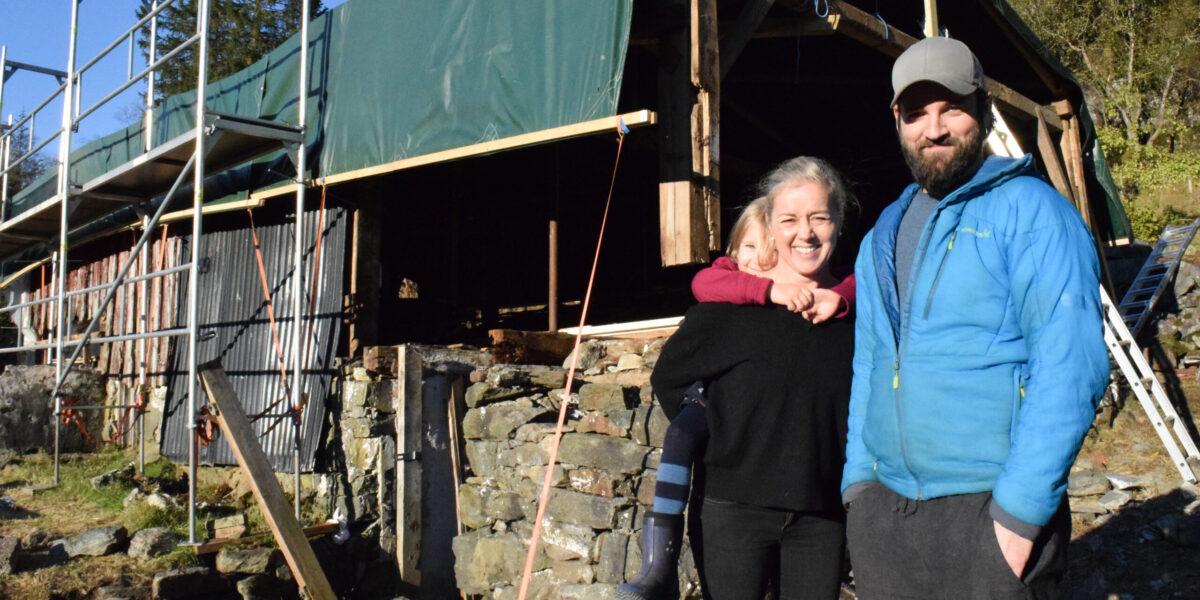 Et godt stykke inn i Krokåsdalen i Strusshamn finner vi det idylliske småbruket Strusshamnstuen. Her har Jan-Idar Lemvik, konen Linda Mari og datteren Pia, funnet drømmelivet på landet. Foto: Tom-Stian Karlsen