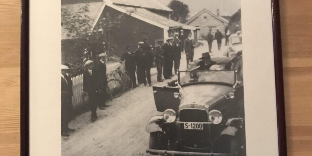 Låven har tidligere også fungert som bensinstasjon. Her er bilde av Fritdjof Nansen, og bilen hans som gjør et stopp of en rast og påfyll.