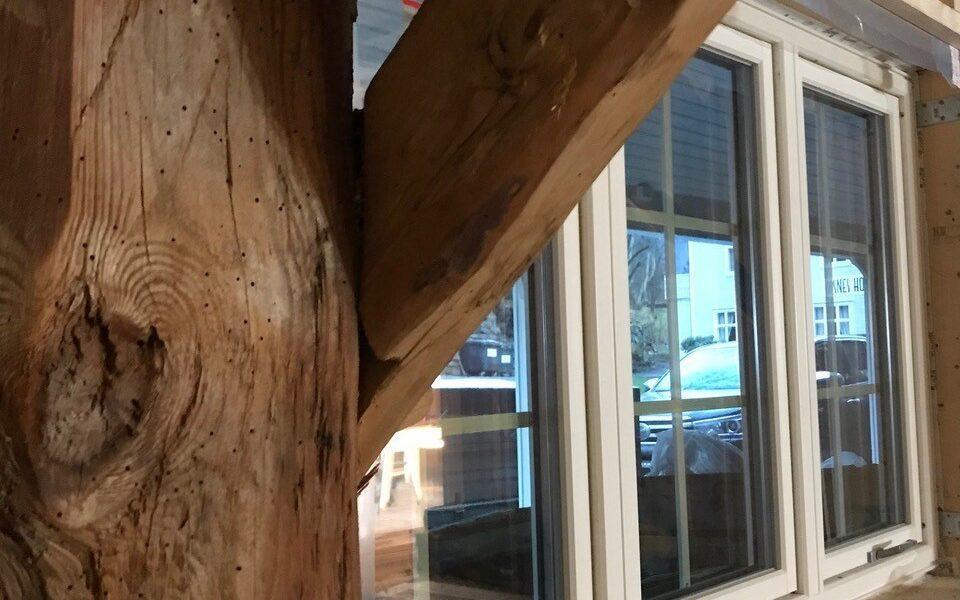 I første etasje på låven har håndverkere arbeidet for å ivareta gammelt reisverk for best mulig restaurering.
