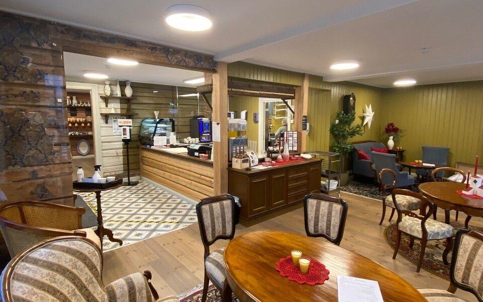 Kafeen er et populært samlingssted. Her gir datidens møblement (arvet fra den gamle risørordfører Mads Victor Normann) følelse av sjel og levd liv.
