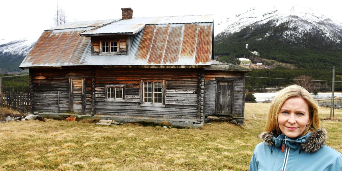 Helene Flåten er klar til å gå løs på drømmen sin; å restaurer dette huset fra 1934. Ei brysju, vil kanskje mange si ut fra førsteinntrykket. Men det har potensial, mener eieren. Foto: Einar Almehagen
