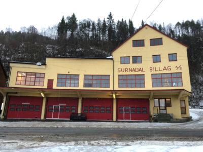 Ferdig oppusset fasade på Surnadal Billag i 2017.