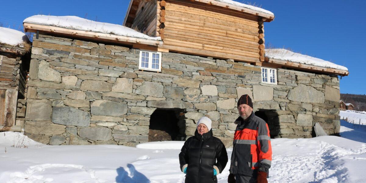 Randi Flåten og Steinar Håkenstad framfor det restaurerte steinfjoset på Sygard Svare. Foto: Kjell Nyhus