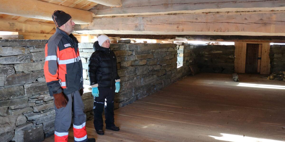 Eigarane kan gle seg over ny mur, og nytt lafta fjos og trev. Foto: Kjell Nyhus
