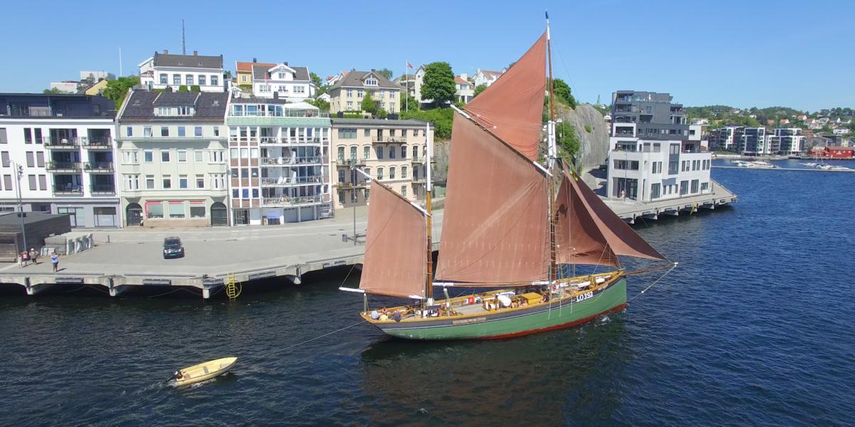 Boy Leslie ble bygd som seiltråler i 1911, ble bygd om til fraktefartøy og gikk under navnet «Ekstrand» fra 1939, og i 1979 kom skuta til Arendal og fikk tilbake navnet Boy Leslie.  Foto: Red Ant