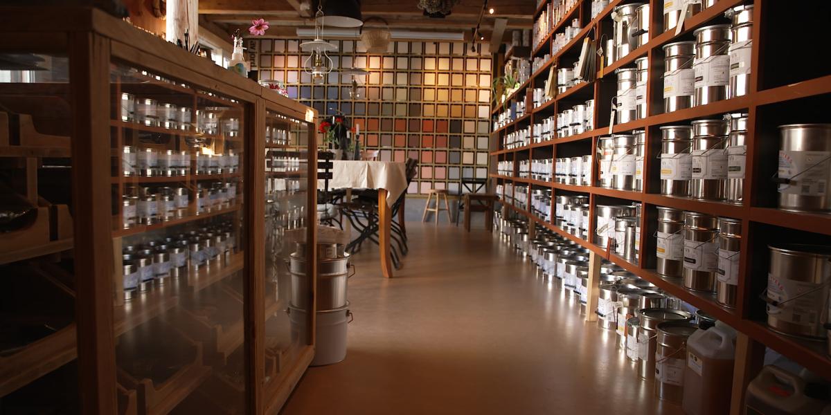 Bygningsvernbutikken bugner av linoljemaling og tradisjonelle verktøy. Foto: Red Ant