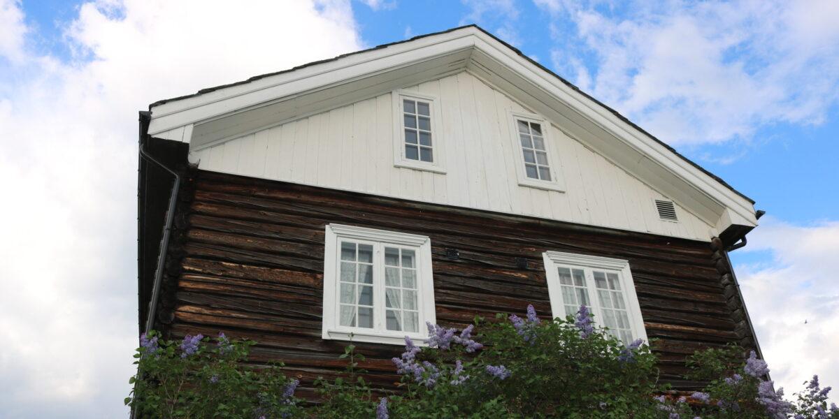 Vindskiene på hovudhuset fekk den opphavlege dimensjonen etter restaureringa i 2004.  Foto: Kjell Nyhus
