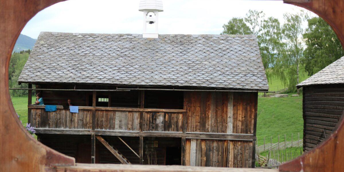 Mellomalderloftet er einaste freda huset på Sygard Grytting. Foto: Kjell Nyhus
