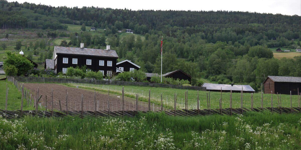 Sygard Grytting ligg i eit fint kulturlandskap i Sør-Fron kommune og er både ein gammal storgard og eit historisk hotell med losjitradisjonar tilbake i mellomalderen. Foto: Kjell Nyhus