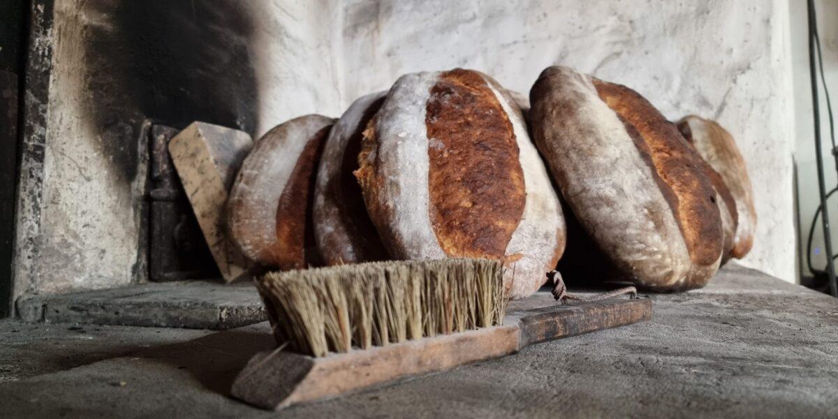 Brødkosten brukes til å fjerne overflødig mel fra de nybakte brødene. Foto: Ingveig Tveranger