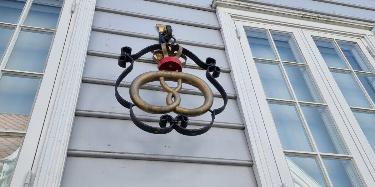 Den gyldne kringlen med krone levner ingen tvil, bakeriet her holder royal standard. Foto: Ingveig Tveranger