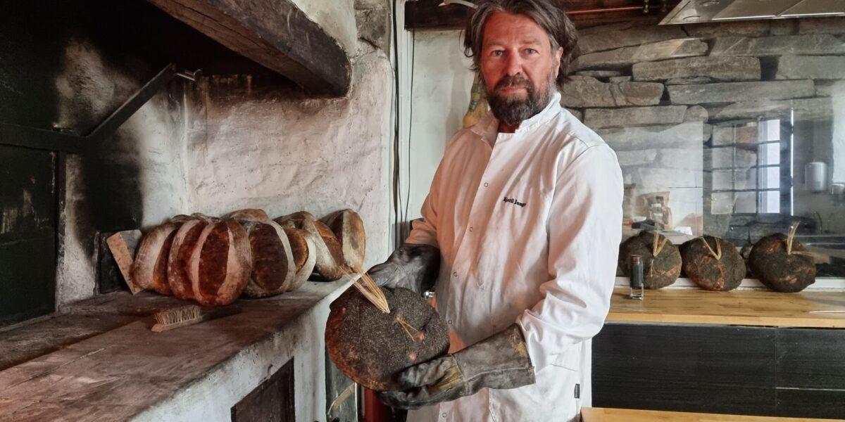 Baker Kjetil Junge med nybakt emmerbrød, rett fra ovnen. Foto: Ingveig Tveranger