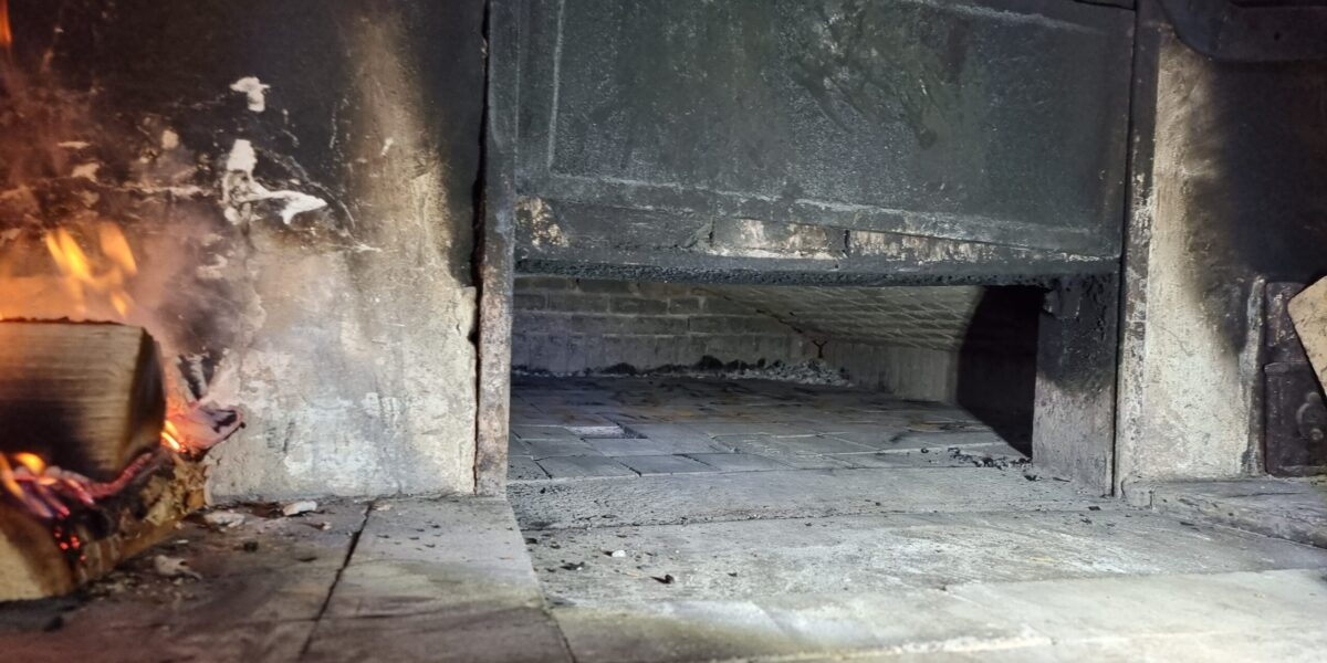 God plass til mange brød om gangen i den store vedfyrte ovnen. Foto: Ingveig Tveranger