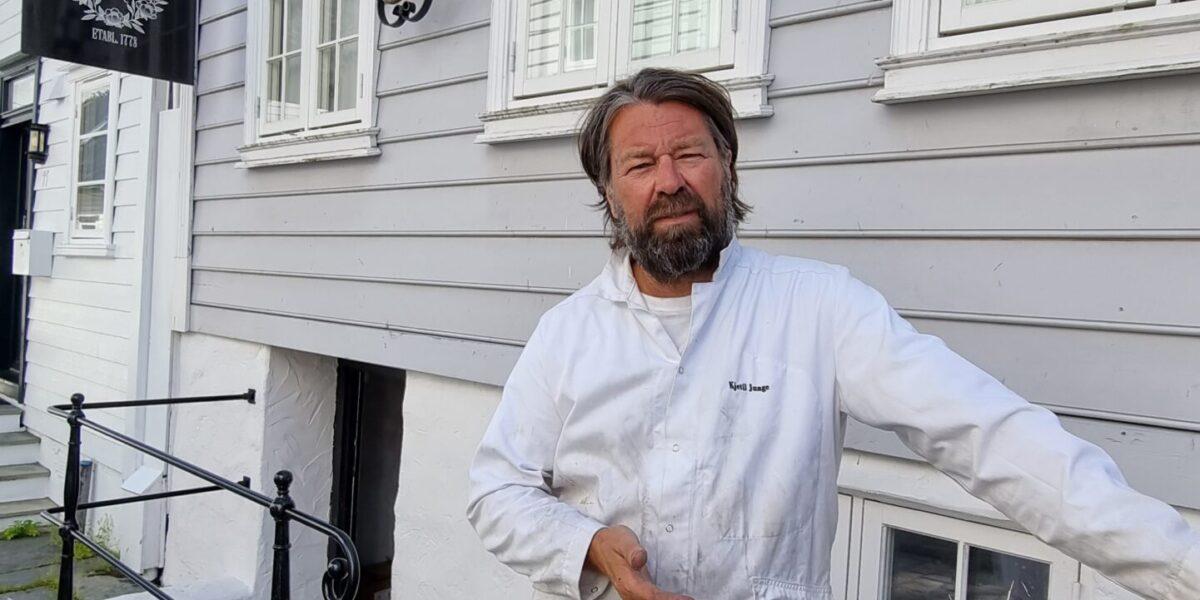 Baker Kjetil Junge utenfor Rosenkildehaven Bageri i Bakergata 9 i Stavanger. Foto: Ingveig Tveranger