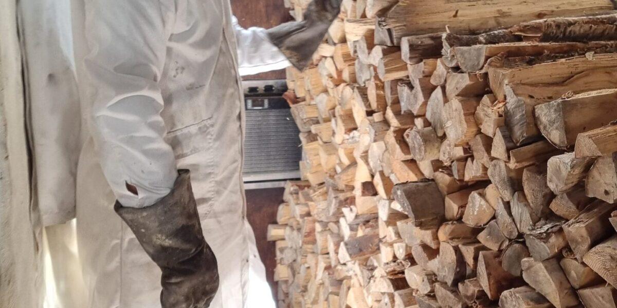 Baker Kjetil Junge er storforbruker av ved til bakerovnen. Foto: Ingveig Tveranger