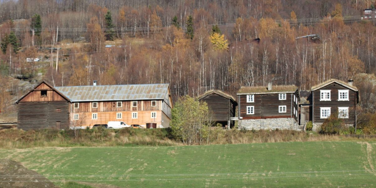 Gardsøy ligg fint til i solsida ovanfor kommunesenteret Vågåmo. Foto: Kjell Nyhus
