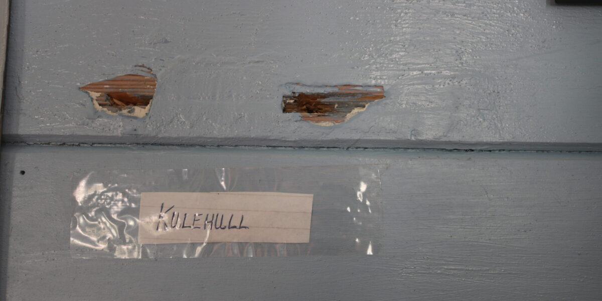 To av fire kulehol som framleis er synlege inne i Oluf-huset. Foto: Kjell Nyhus