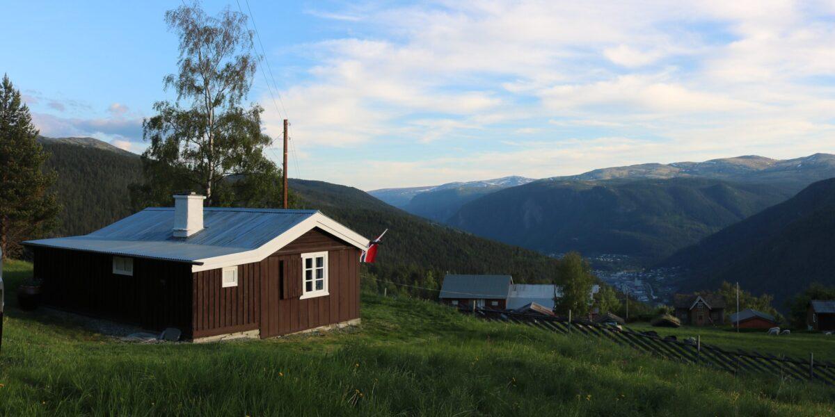 Frå Oluf-huset og Øvre Havn er det panoramautsikt ned mot kommune-senteret Otta i Sel kommune. Foto: Kjell Nyhus