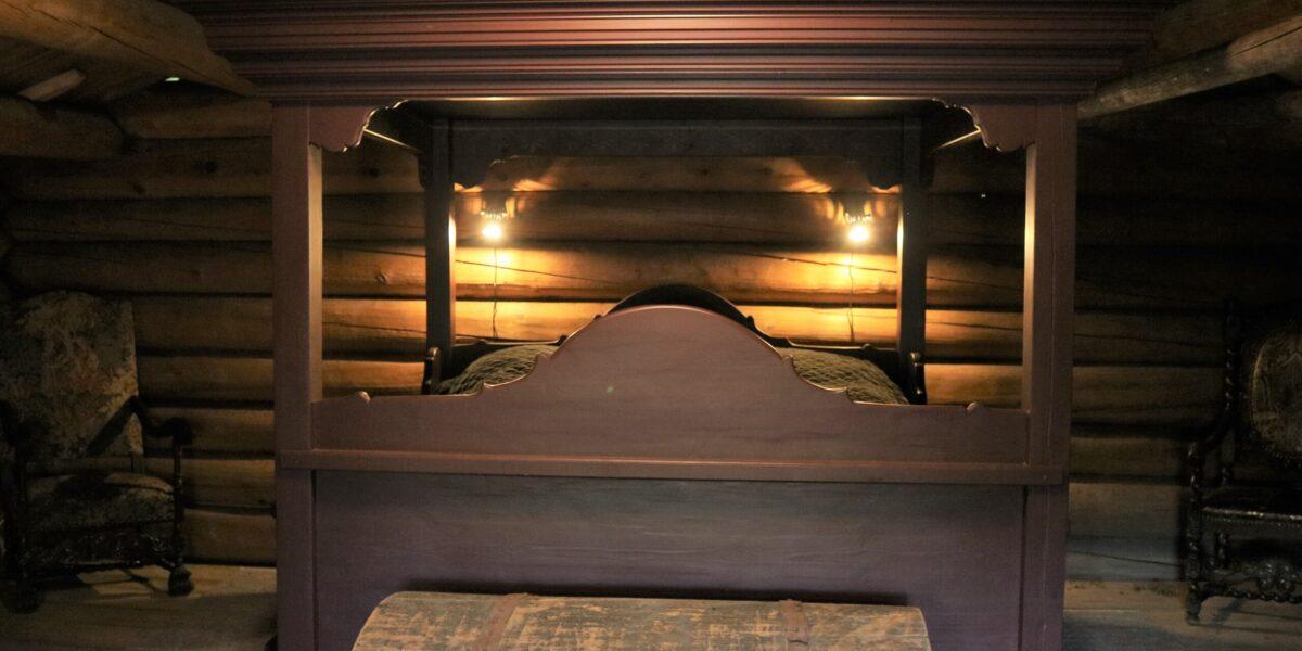 Edel sin kompetanse som møbelsnekkar ligg bak denne flotte dobbeltsenga. Foto: Kjell Nyhus