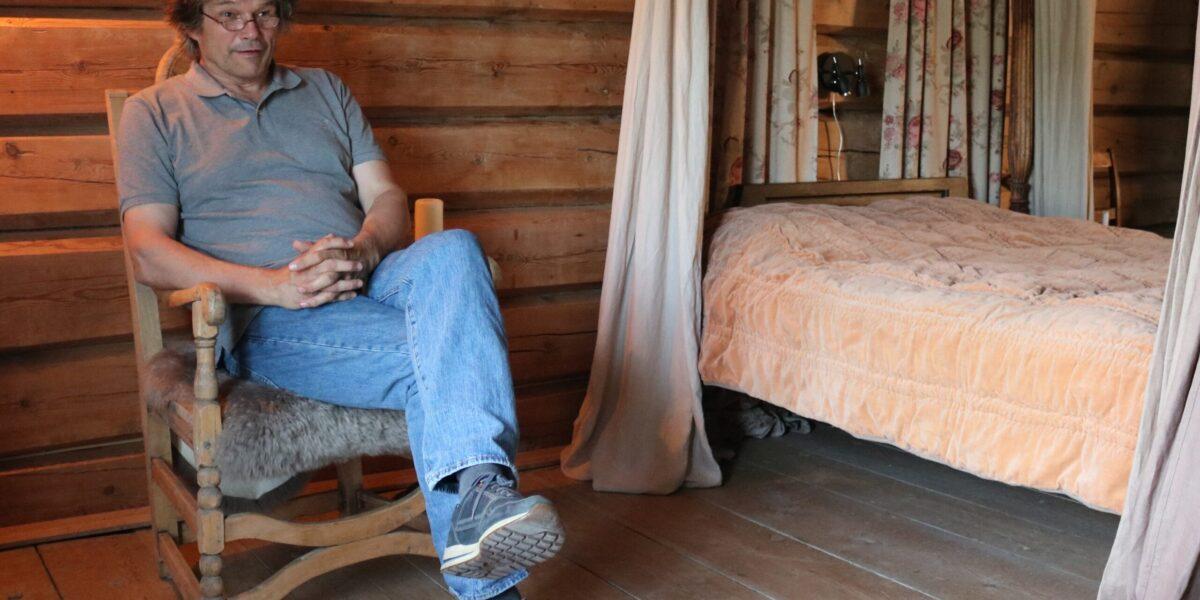 Terje har våga seg på stolen som knirkar sjølv om det ikkje er noko brudepar eller andre på rommet. Foto: Kjell Nyhus