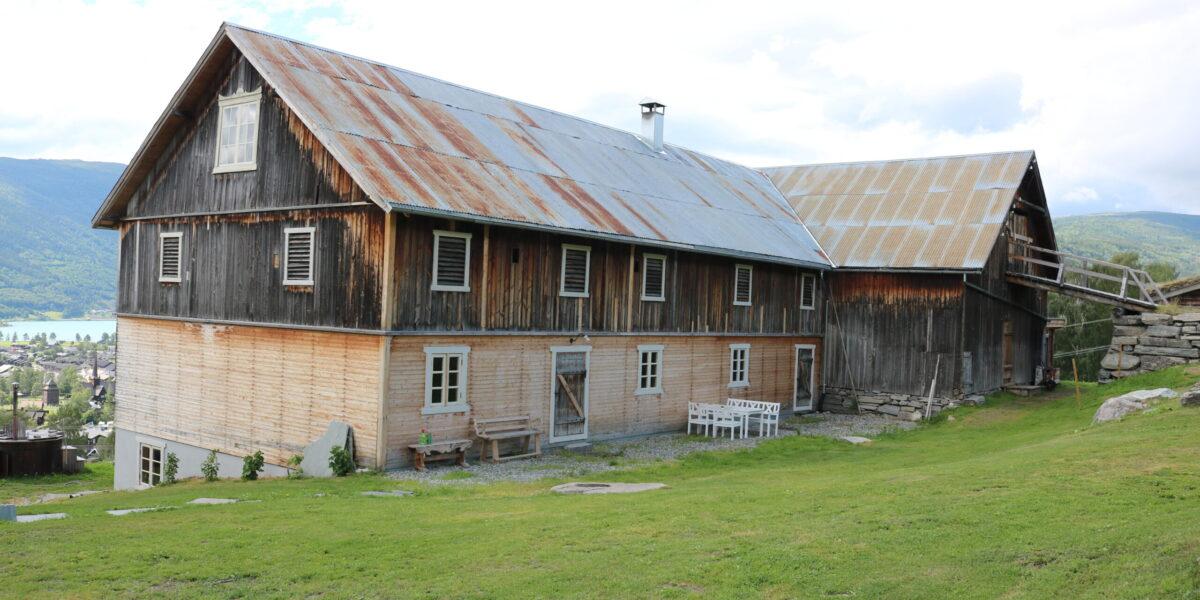 Driftsbygningen fullrestaurert sett frå tunet. Foto: Kjell Nyhus