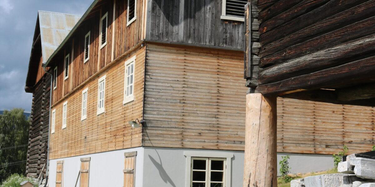Restaureringa av driftsbygningen tok tre år. Tømmerdelen er frå 1700-talet. Alle tre etasjene fungerer nå som lokale til ulike store og mindre samankomster. Foto: Kjell Nyhus