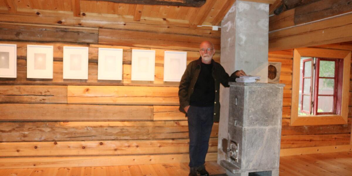 Gunnar Tore Larsen i Dovrestua, som har fått ein fin klebersteinomn som varmar godt. Foto: Kjell Nyhus