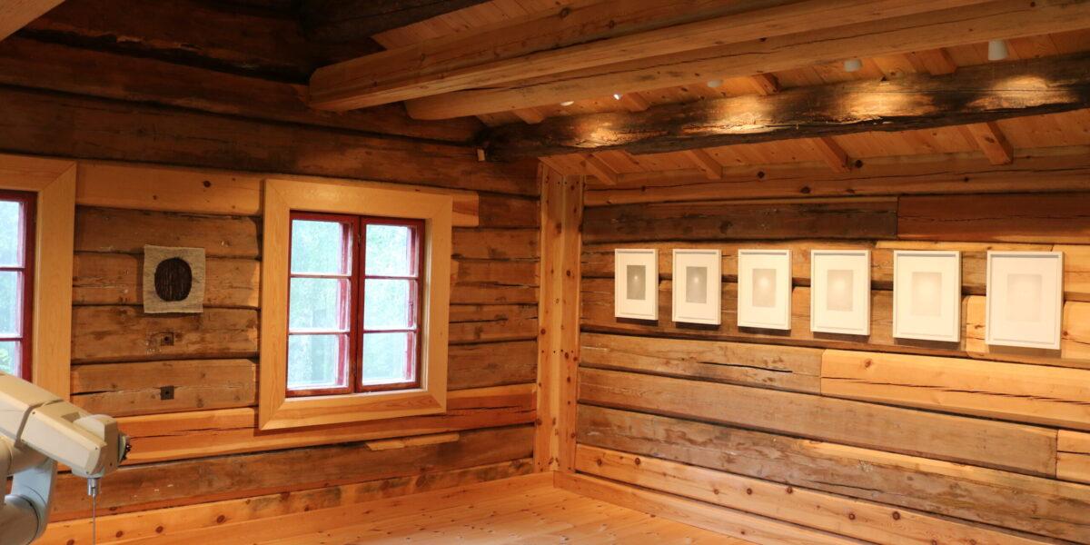 Båe tømmerhusa frå Dovre på Ringsveen blir brukte som utstillingslokale. Foto: Kjell Nyhus