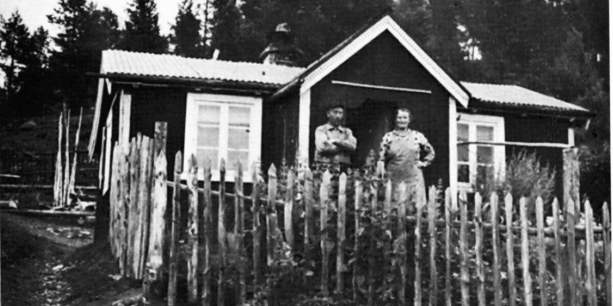Oluf og Marit framfor Olufhuset ca. 1943. Historisk foto sendt inn frå Stein T. Havn Karlsen
