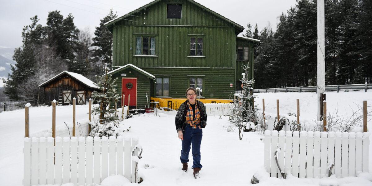 Bak hvitt stakittgjerde har Anne Ragnhild Korsvold Saglien ordnet kjøkkenhage. Foto: Einar Almehagen