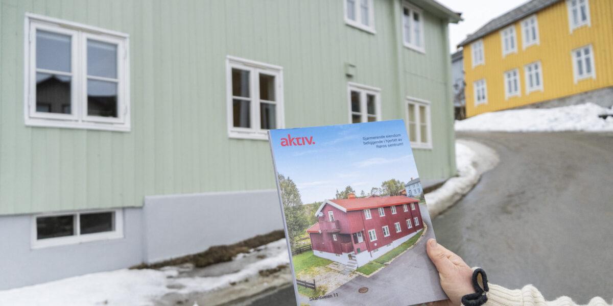 Huset var rødt da Sigrid Jansen og Morten Tøndel kjøpte det i 2017. Fasaden fikk ny farge etter innspill fra malerikonservator Jon Brænne. Foto: Monica Hägglund Langen/Kulturminnefondet