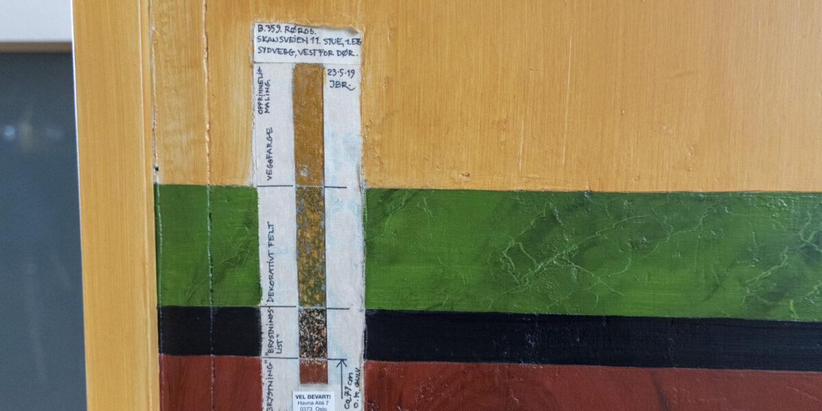 Kunnskap om historisk fargebruk kan være et godt grunnlag for å fargesette et eldre hus med tilfredsstillende resultat. Her er en fargetrapp som viser tidligere maling i stua. Foto: Monica Hägglund Langen/Kulturminnefondet