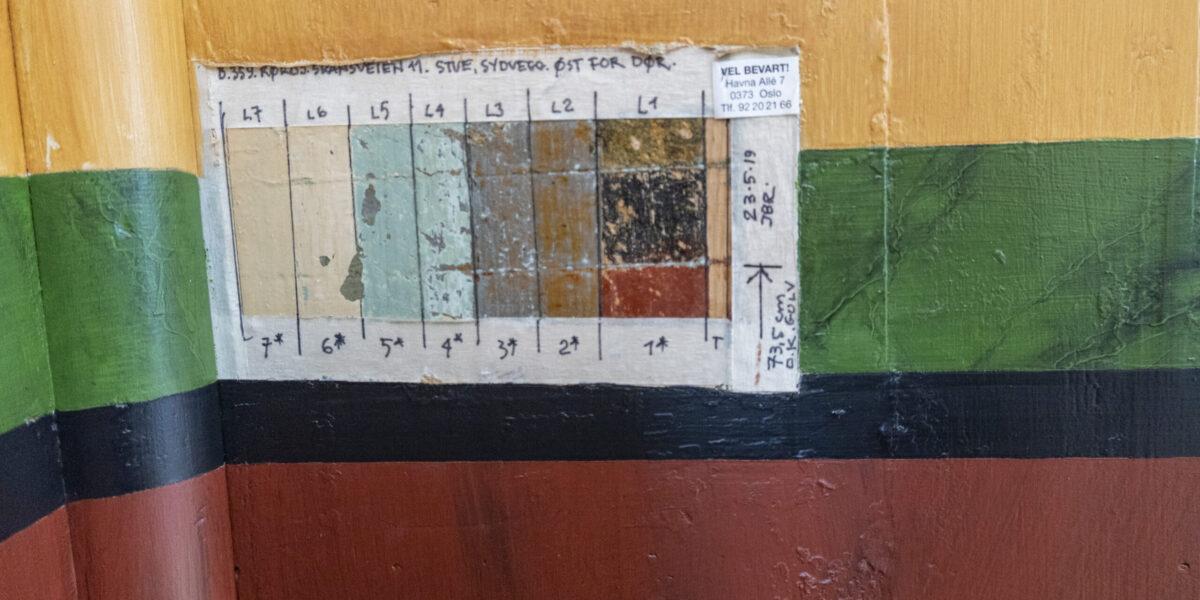 """Bakover i historien i Skansveien på Røros. Utbredt bruk av dekormaling og gardinbrett på """"feil side"""" av elva på Røros var uvanlig. Foto: Monica Hägglund Langen/Kulturminnefondet"""