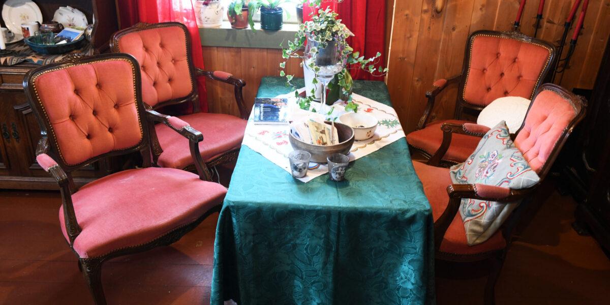 Rokokkomøblementet i stua er en gave til Saglien fra Alfreds søster. Foto: Einar Almehagen