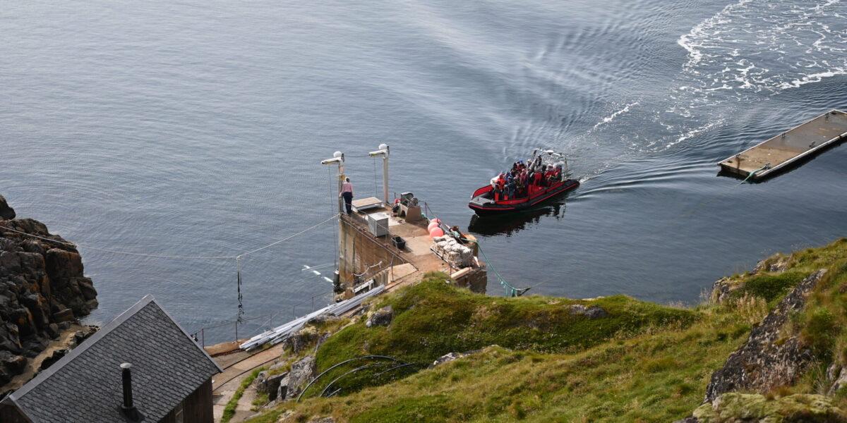 Gjester: RIB-en ankommer med en ny gruppe gjester til Litløya. Det er stor interesse for å besøke den lille øya i Bø kommune. Foto: Christine Nevervik