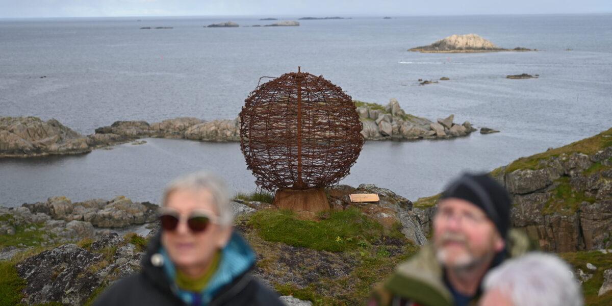 Klode: Denne kloden er laget av piggtråd fra 2. verdenskrig. Foto: Christine Nevervik