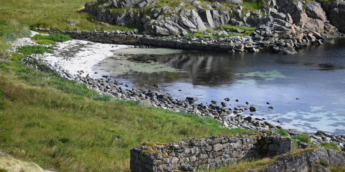 Fraflyttet: Da øyene ble avfolket, sto bare grunnmurene igjen. Foto: Christine Nevervik