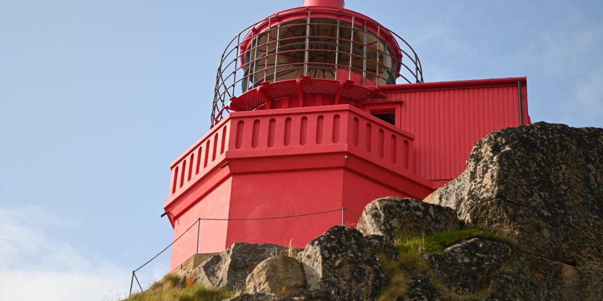 Ny farge: Fyrtårnet har blitt rødt. Nå skal tårnet pusses opp og innredes til suite for to personer. Foto: Christine Nevervik
